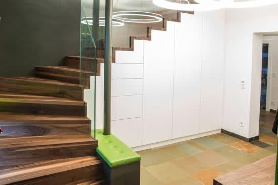 Das Beste daran: Professionell angepasst können diese Schränke wertvollen Stauraum schaffen und im geschlossenen Zustand unsichtbar in der Treppe verschwinden.
