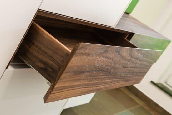 Das dunklere Holz des Nussbaumes verleiht vor allem hellen Möbeln eine elegante Wirkung
