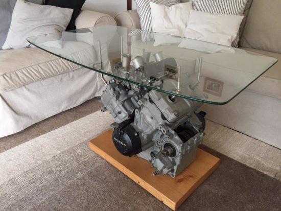 Selbst ein ausgedienter Motor wird in Harmonie mit Holz und Glas zu einem wunderbaren Einzelstück.
