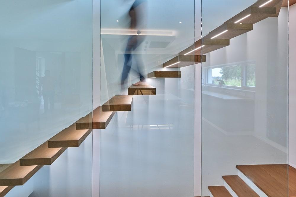 frei-auskragende Treppe in Eiche mit Glaswand