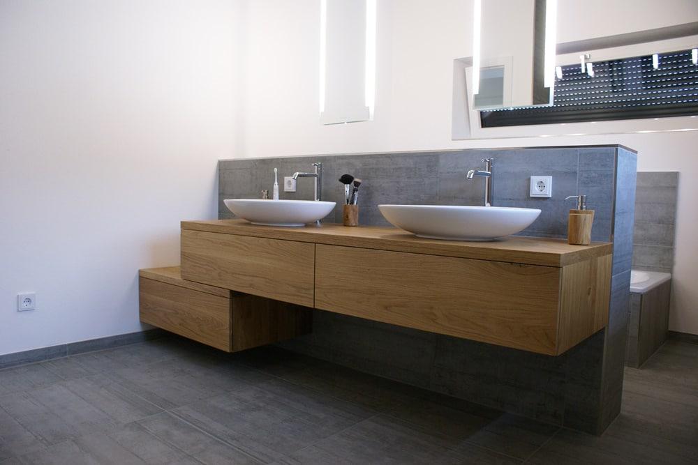Moderne Badezimmermöbel mit versetztes sideboard. Badezimmermöbel nach Maß