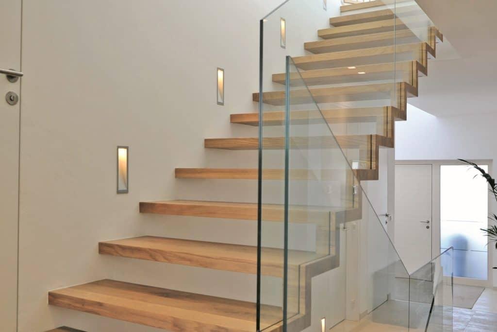 Blocktreppe einseitig mit Glasgeländer in Eichenholz