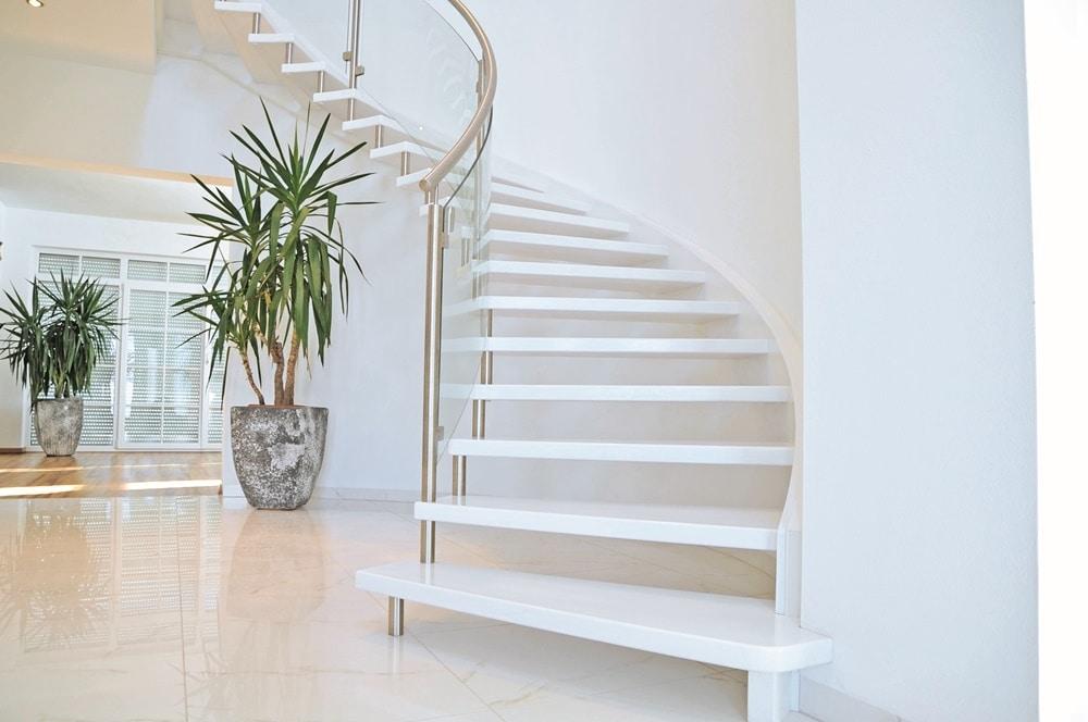 Designtreppe ganz in Weiß mit Nirosta/Glas Geländer