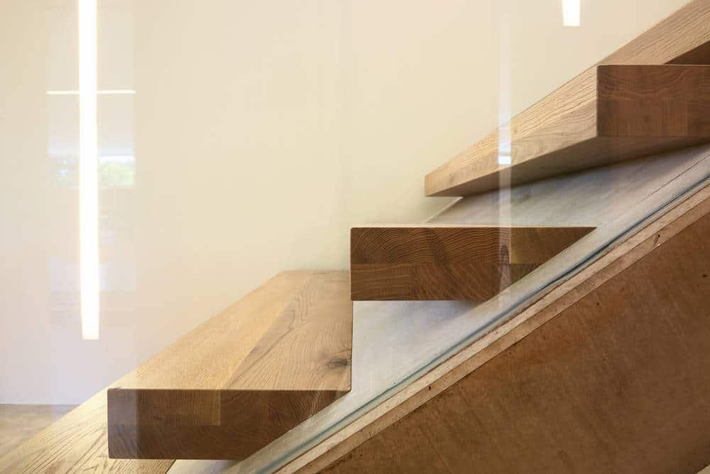 Holzstiege schwebend