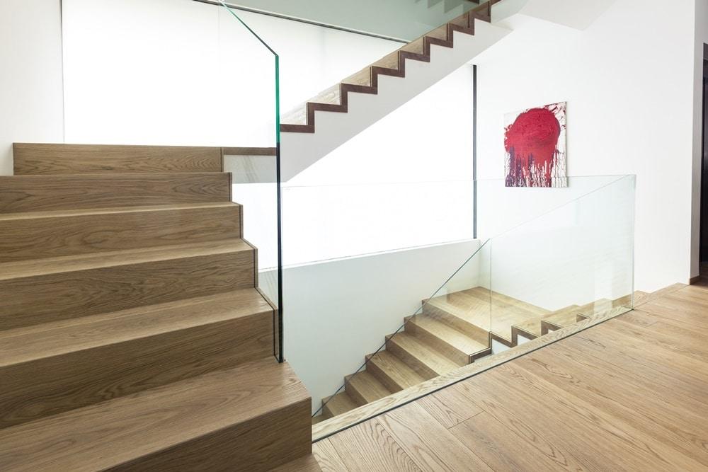 Betonblocktreppe aus Eichenholz mit Glasgeländer