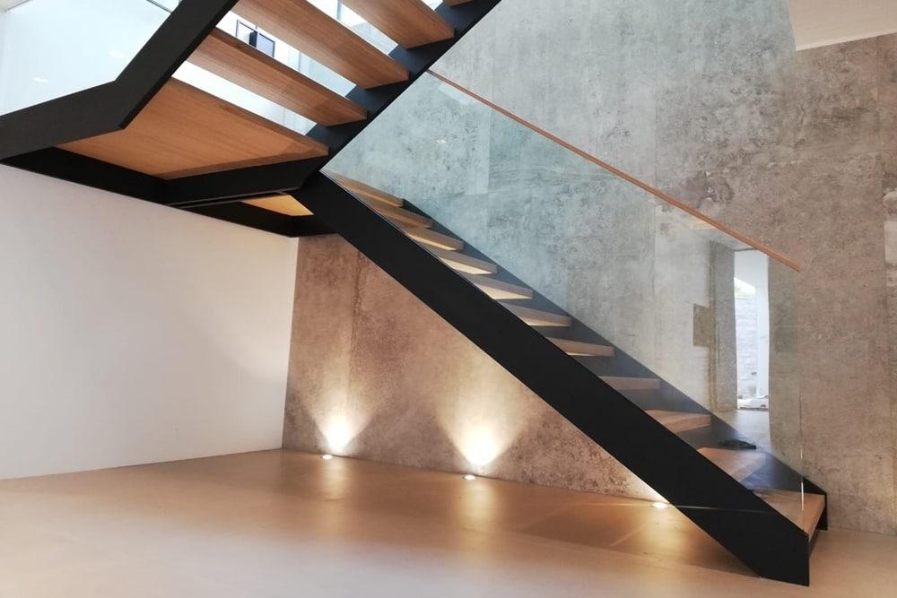 Designtreppe aus Eiche mit Metall/Glasgeländer