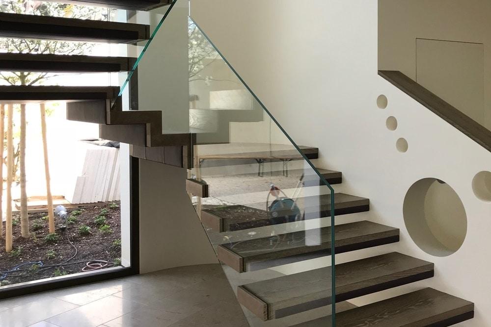 frei auskragende Treppe aus Eichenholz