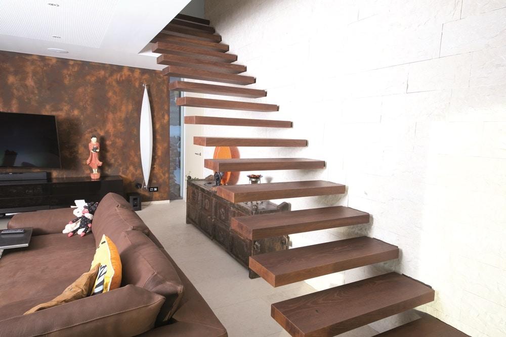 Frei auskragende Stufen in Eichenholz