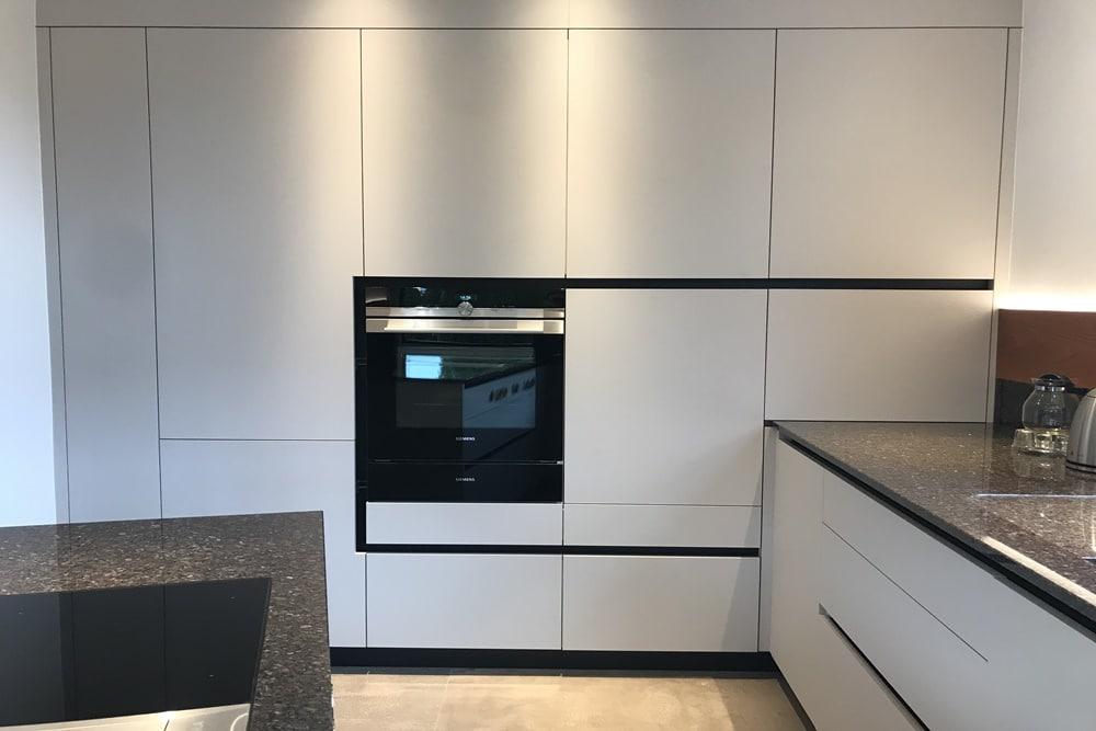 Moderne Küche in individuellem Design Weiss