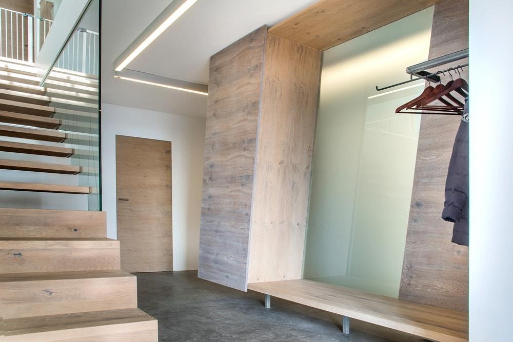 Interieurausbau mit treppen, Schränken und Wandverkleidungen